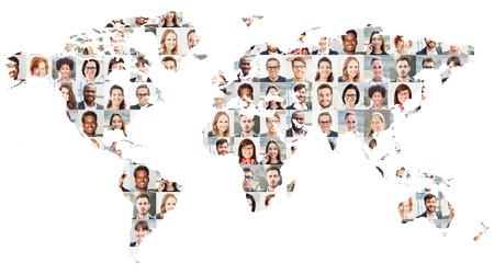 Porträtcollage mit Geschäftsleuten auf Weltkarte als Geschäfts- und Globalisierungskonzept