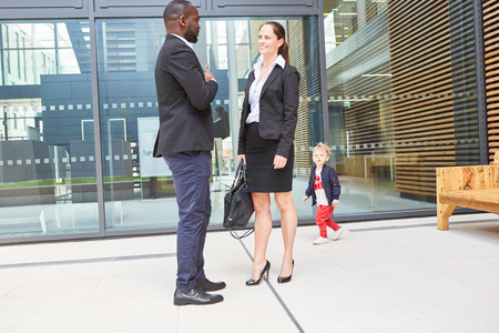 African businessman and european business woman in dialogue in front of the office Banque d'images - 121134315