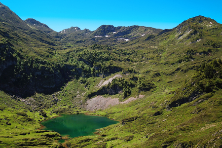 Small mountain lake in summer in the mountains of the Pyrenees in France Banque d'images - 121134420