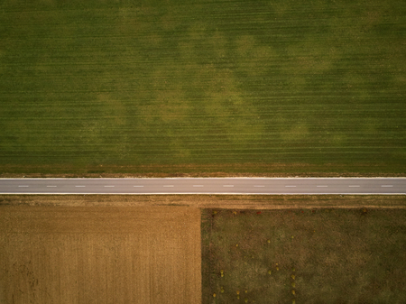 Empty highway in autumn from above through field and meadow Banque d'images - 121134421