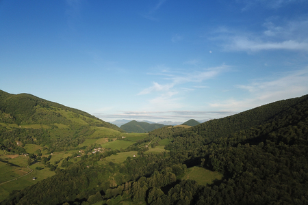 Valley between two mountains in the Pyrenees in summer Banque d'images - 121134432