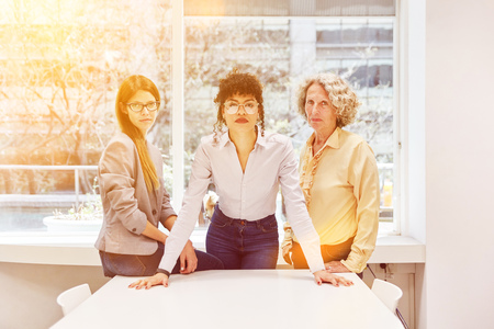 Group of women as a strong team in the business office Banque d'images - 121134627