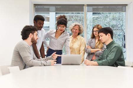 Start-upowy zespół biznesowy przy komputerze przenośnym podczas spotkania w sali konferencyjnej