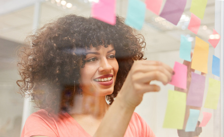 Creative African business woman brainstorming with colorful sticky notes Banque d'images - 121134727