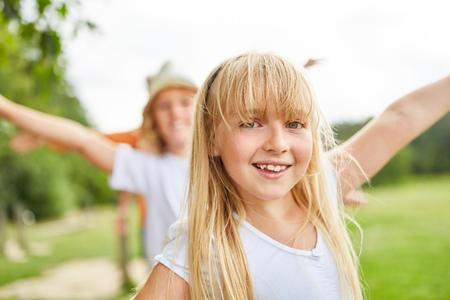 Blondes Mädchen hat Spaß beim Trainieren auf dem Trimm-Pfad Standard-Bild