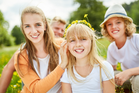 Gelukkig meisje met gele bloemen in het haar in de lente of zomer Stockfoto