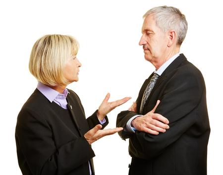 Para seniorów w garniturze rozmawia i kłóci się ze sobą Zdjęcie Seryjne