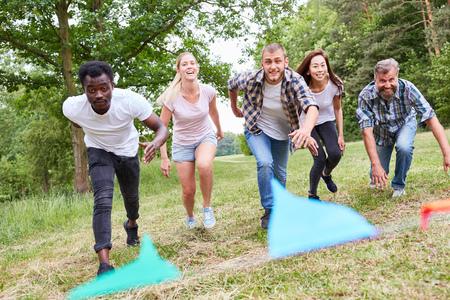 Jugendliche in einem Rennen oder Rennen beim Endspurt kurz vor dem Ziel