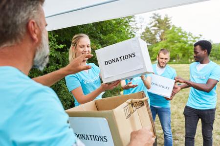 Voluntarios Los voluntarios recolectan donaciones para una asociación sin fines de lucro