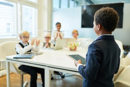 Joven como orador o consultor empresarial en un taller de consultoría en una reunión Foto de archivo