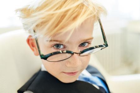 Junge mit Brille als smarter Schüler oder Student oder Geschäftsmann im Büro
