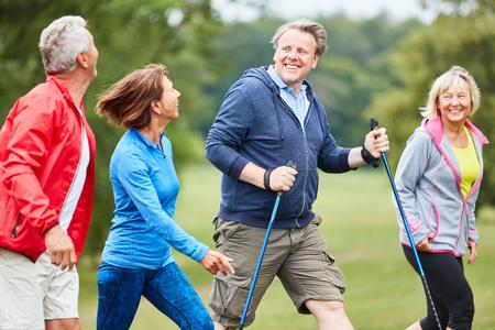 Vier aktive Senioren haben gemeinsam Spaß bei einer Wanderung in der Natur Standard-Bild