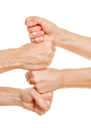 Mensen stapelen vier vuisten als een samenwerkingsconcept
