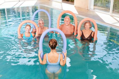 Gruppo senior in un corso di aquagym in back training