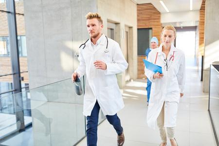 Les médecins du groupe marchent rapidement vers une urgence à l'hôpital