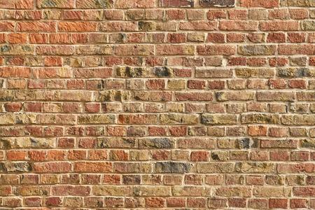 Oude muur of bakstenen muur van veel rode bakstenen als achtergrondstructuur Stockfoto