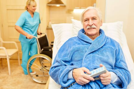 Bettlägeriger senior man as a patient in the retirement home or in the senior citizen apartment