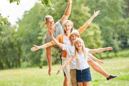 Aktywna rodzina i dzieci bawią się razem na łonie natury na wakacjach Zdjęcie Seryjne