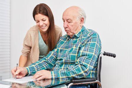 Oude man lost puzzels op en traint zijn geheugen als preventie tegen dementie Stockfoto