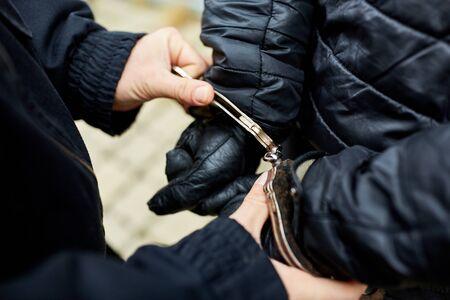 Un criminel a les mains menottées lors de son arrestation par la police Banque d'images