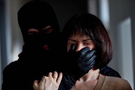 Un ladrón amenaza a su esposa con un robo en su casa