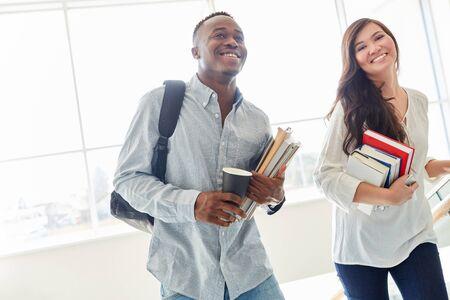 Étudiants heureux en couple interracial à l'université Banque d'images