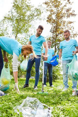 Un groupe de jeunes ramassent les ordures en tant que bénévole pour la protection de l'environnement