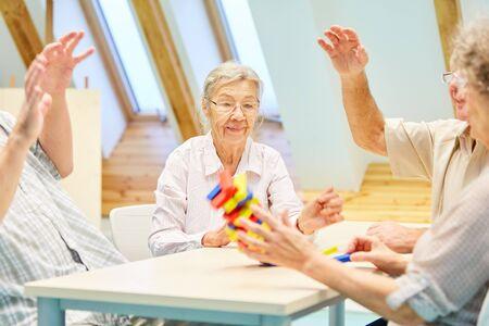 Senioren met dementie spelen met bouwstenen en oefenen geduld en vaardigheid