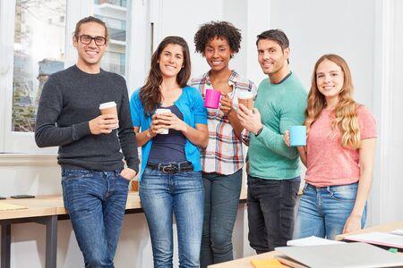 Young start-up team in coworking office relaxes in a coffee break Foto de archivo
