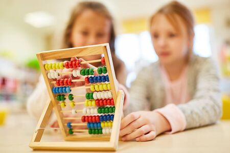 Math lessons with the slide rule or abacus in elementary school Stockfoto