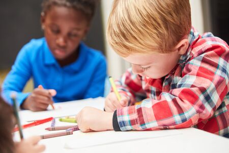 Two children concentrate on painting pictures in preschool or kindergarten lessons Banque d'images - 129858146