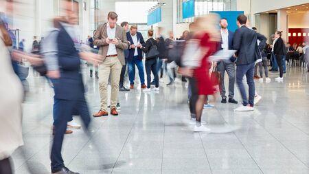 Muchos empresarios anónimos van y se paran en una conferencia o en un centro comercial.