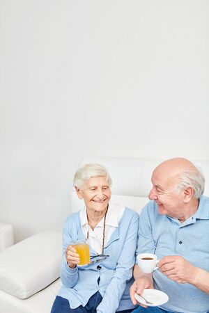 Happy senior couple is having a cup of coffee at home or in the retirement home Stockfoto