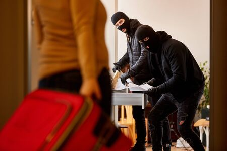 Des habitants ont surpris des cambrioleurs en train d'entrer par effraction dans la maison