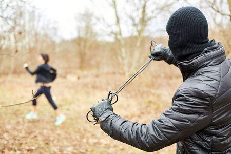 Jogger échappe à un violent agresseur lors d'un raid dans la forêt