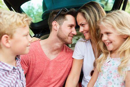휴가 여행에서 두 자녀와 함께 사랑의 조화를 이루는 부모 부부