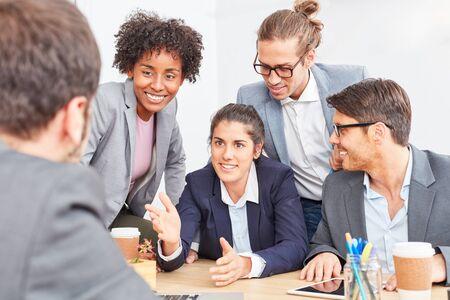 Donna d'affari con i colleghi in una negoziazione su una cooperazione