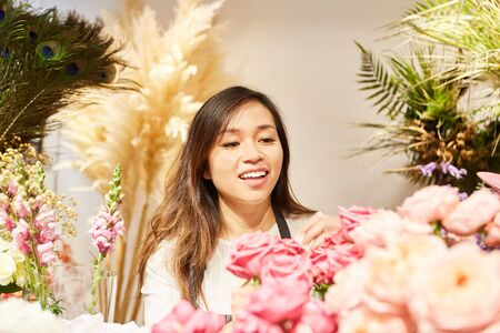 Young Asian woman works in own flower shop as a business Zdjęcie Seryjne