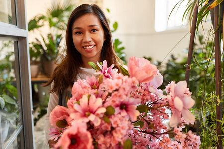 Smiling florist with pink bouquet on mothers day or birthday Zdjęcie Seryjne