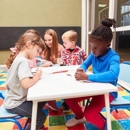 Malkurs in der Kita oder im Kindergarten mit einer Lehrerin