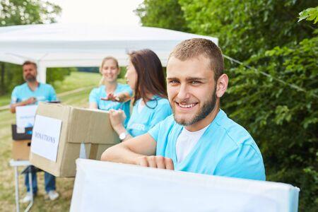 Les bénévoles en tant que bénévoles collectent des dons pour des organisations caritatives