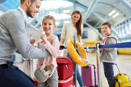 Father and his family with two children in the airport terminal fly on vacation Zdjęcie Seryjne