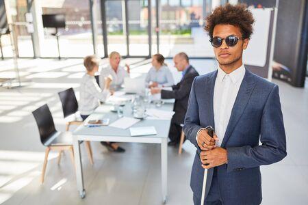 Blinder afrikanischer Geschäftsmann im Geschäftsbüro für Inklusionskonzept