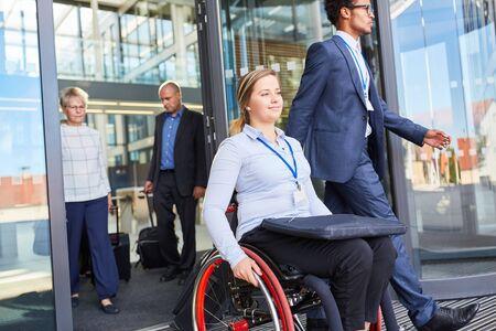 Imprenditrice disabile su sedia a rotelle dopo una riunione o dopo il lavoro