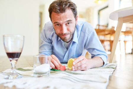 Hausmann as a cleaning man removing red wine stains with lemon and salt