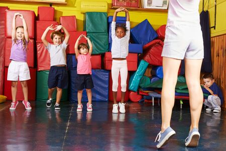 Felice gruppo di bambini insieme mentre i bambini fanno sport in età prescolare
