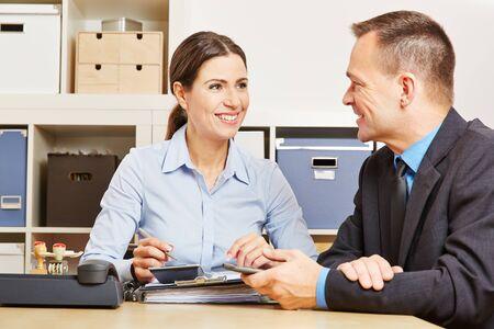 Ragioniere in consulenza finanziaria in ufficio con pratiche allo sportello