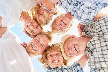 Trois générations de famille en cercle comme communauté heureuse et harmonieuse