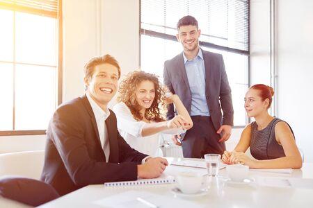 Une équipe de jeunes entreprises en démarrage s'amuse au bureau et jette du papier