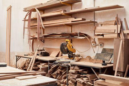 Leere Werkstatt mit Holzvorrat und Kappsäge in einem Schreinereibetrieb
